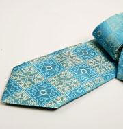Румын продает рекламу на свадебном галстуке