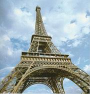 Девушка спрыгнула с Эйфелевой башни