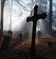 На кладбищах отметят опасные надгробия