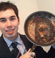 Британец нашел лиц Христа на сковороде