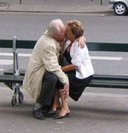 Влюбленные и пожилые: очень трогательно. Фото