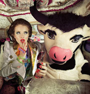 Мэри и ее корова. Необычная модная фотосессия. Фото