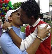 Однополая пара выиграла конкурс на самый длинный поцелуй