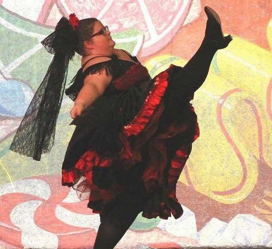 15-ти летняя балерина размера XXL мастерски исполняет балетные па. Фото
