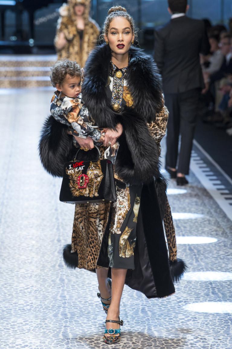 Неделя моды в Милане: легендарный Dolce & Gabbana пригласил любимых клиентов на подиум. Фото