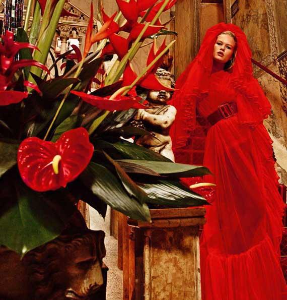 Мода: яркая фотосессия Анны Юэрс в Венеции для Vogue Paris. Фото