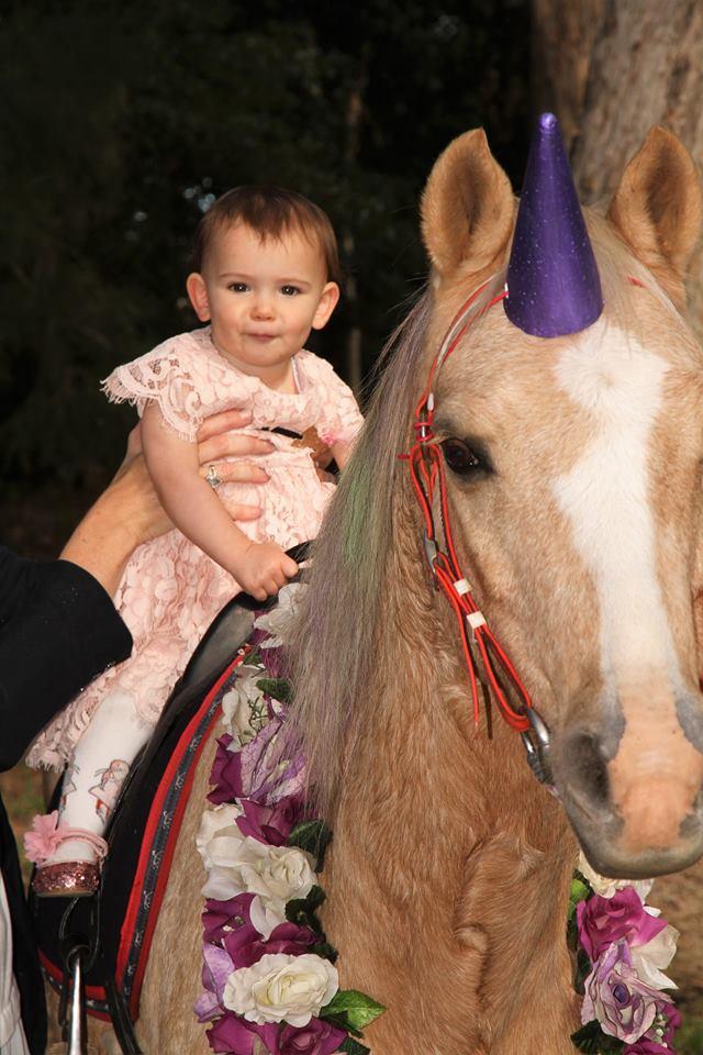 Мама из Австралии тратит тысячи долларов на дни рождения дочки