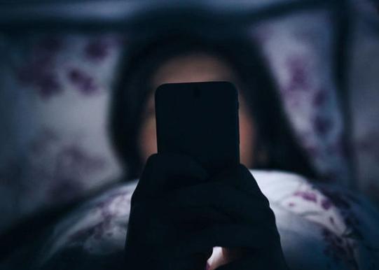 Почему нельзя смотреть на экран мобилки ночью