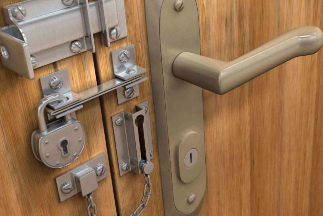 Когда требуется поменять дверной замок?